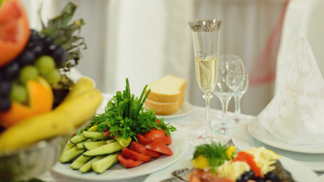 CHAMPAGNEFROKOST: 17. mai er dagen for festligheter og champagne frokost med gode venner og familie, men det kan være lurt å ta noen forholdsregler slik at mandagen etter ikke blir ekstra tung.  Foto: photographmd - Fotolia