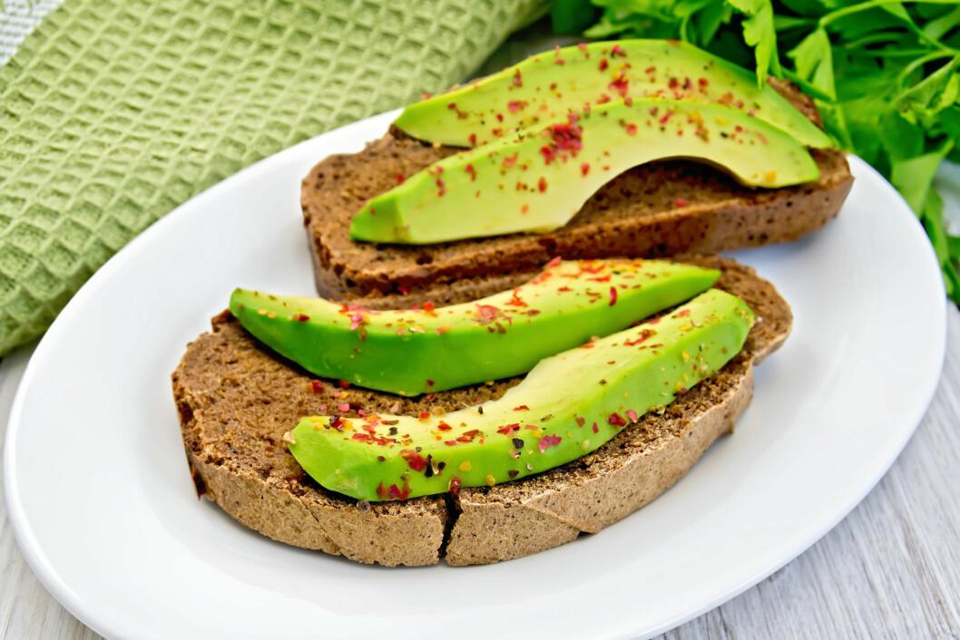 AVOKADO: Du har kanskje ikke tenkt at dette er en frukt, men det er det altså - og en riktig så sunn frukt! Bruk den i salater, smoothies eller på brødskivene.  Foto: kostrez - Fotolia