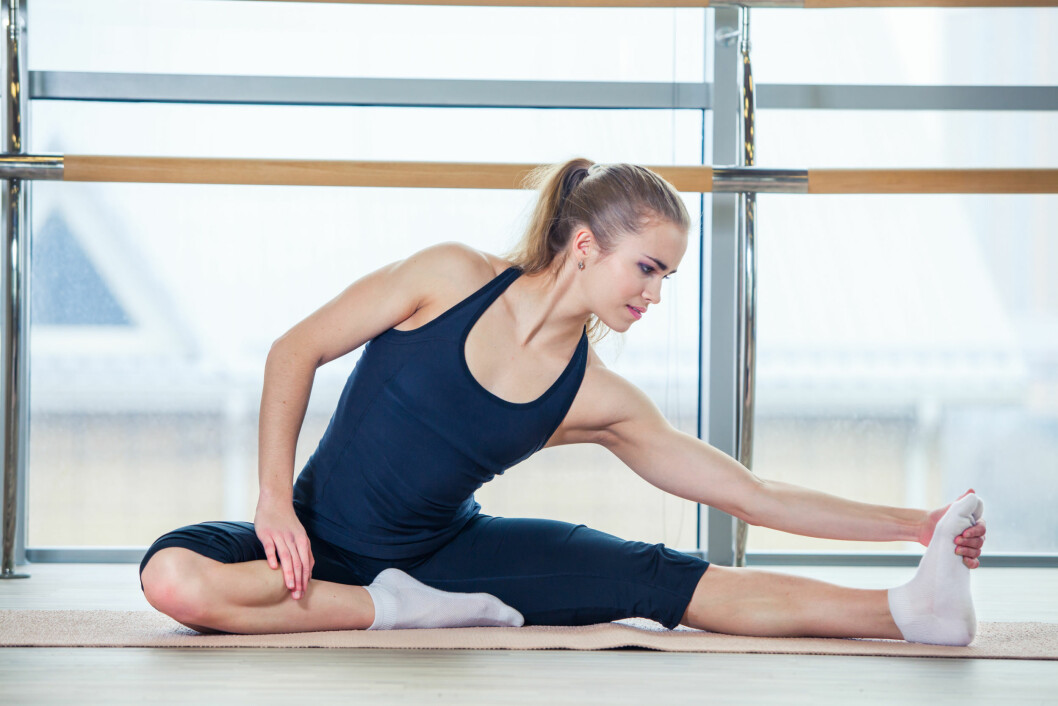 fitness. sport, training and lifestyle concept -  woman doing exercises on mat in gym Foto: satyrenko - Fotolia