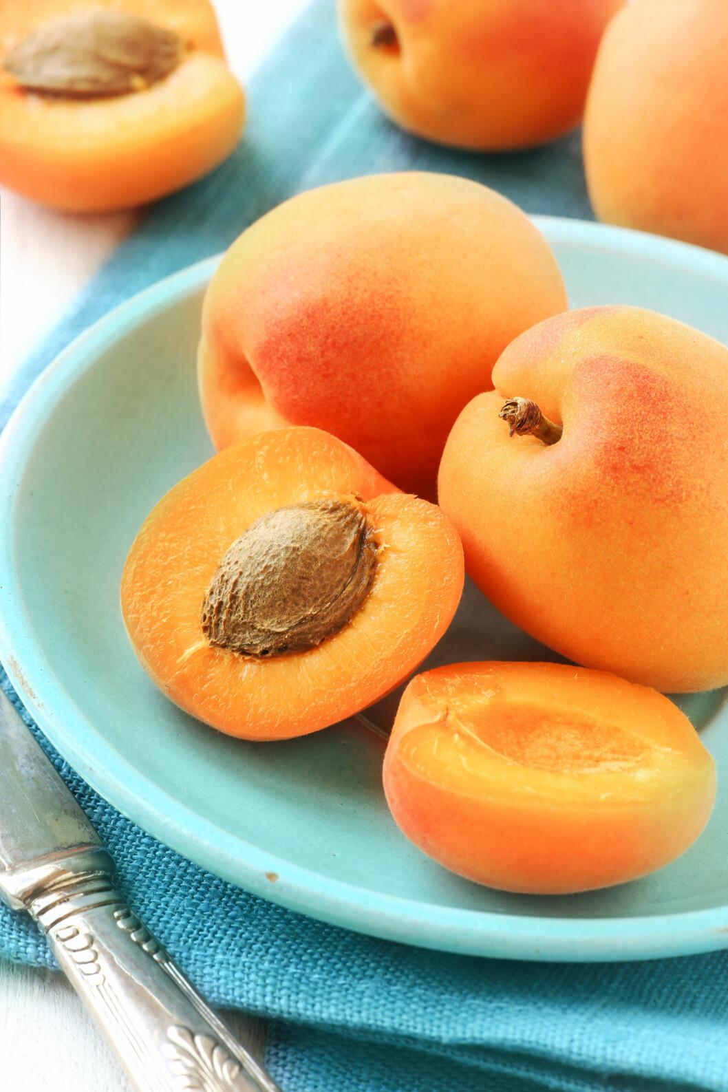 <strong>MATFOGIFTNING:</strong> Det er god grunn til å være litt ekstra obs på hva du spiser på feriereisen. Visste du for eksempel at du bør være påpasselig med frukt som spise med skallet på - som aprikos? Foto: kuvona - Fotolia