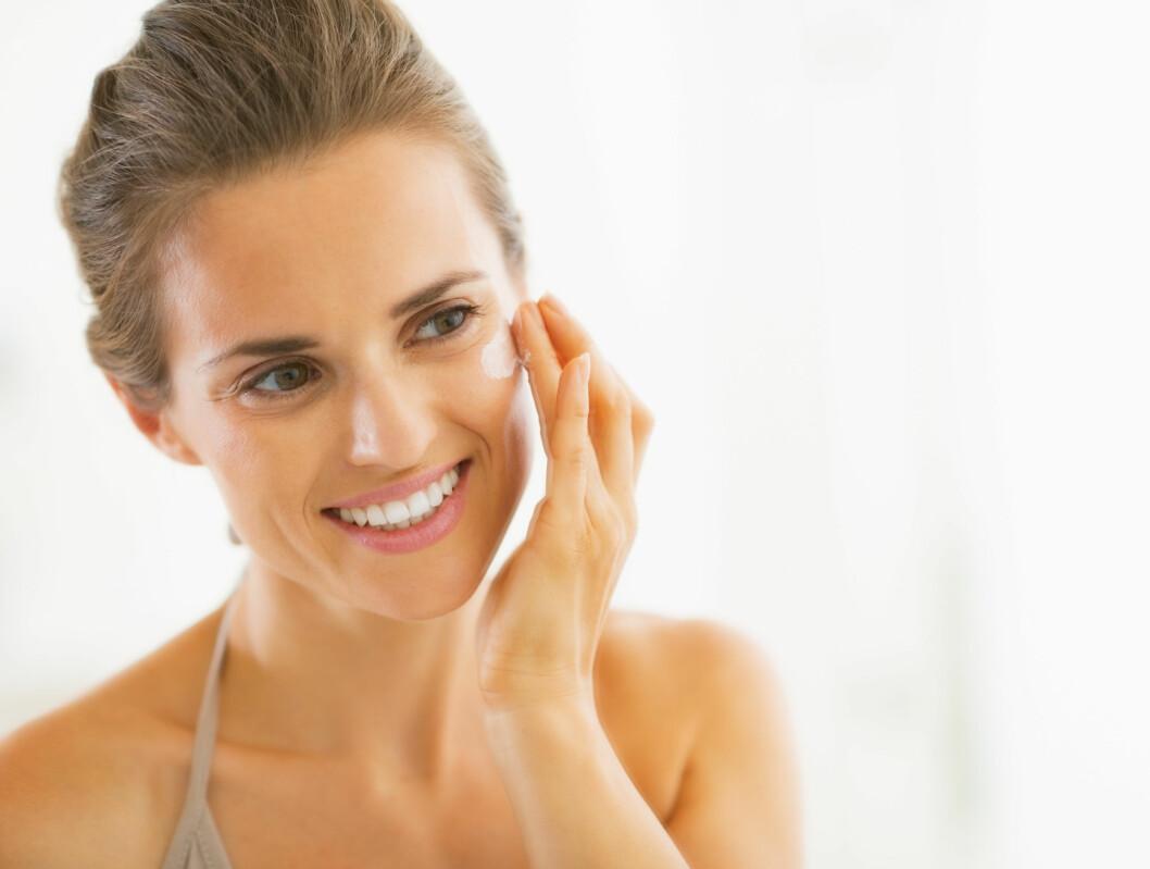 DAG- OG NATTKREM: Du bør bruke en egen nattkrem da enkelte dagkremer inneholder ingredienser som kan irritere huden om natten.  Foto: Alliance - Fotolia