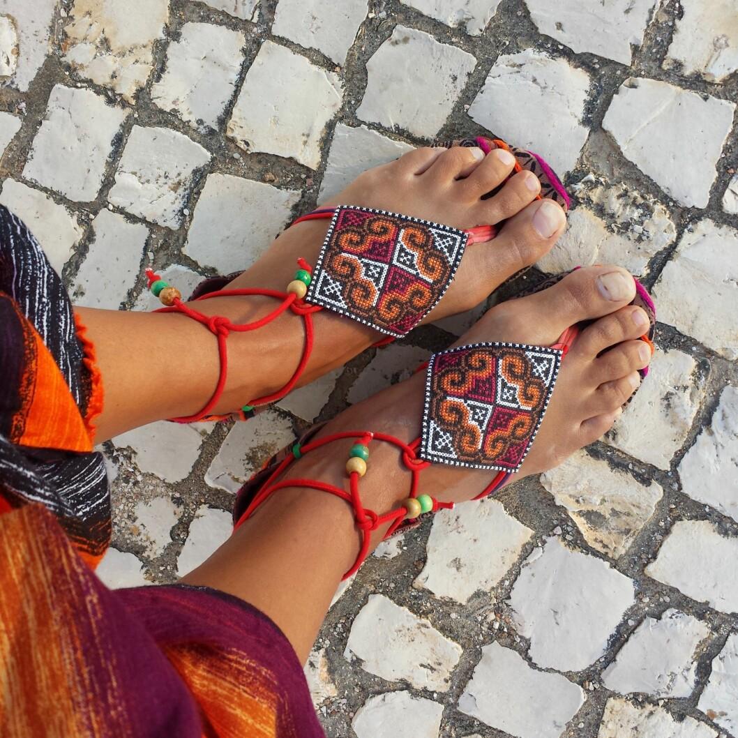 SOMMERFØTTER: Finn deg et par komfortable og fargerike sandaler til sommerens festligheter. Foto: lulu - Fotolia