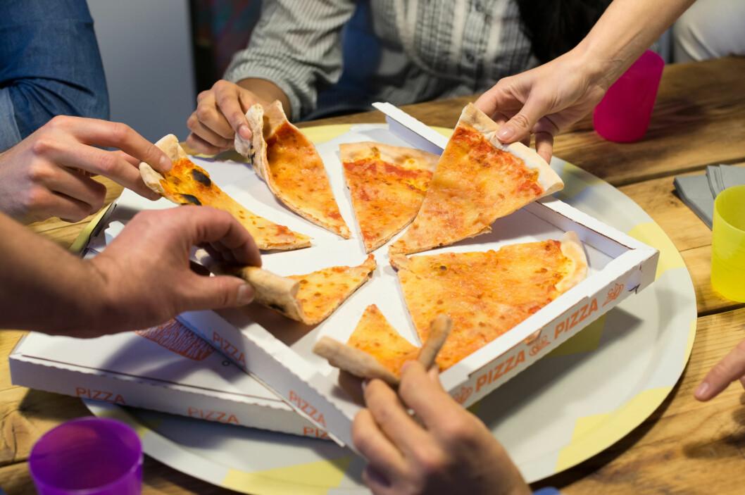 MYE USUNT: Å spise lite gjennom hele dagen kan ofte føre til at vi vil ha mye usunt på kvelden.  Foto: Rido - Fotolia