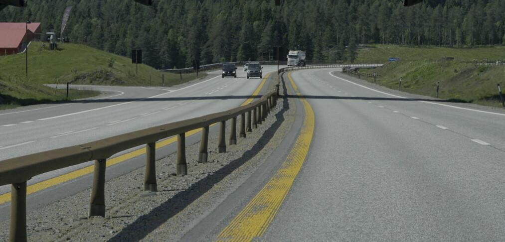 Rapport: Veier med midtdeler slites ofte svært mye raskere
