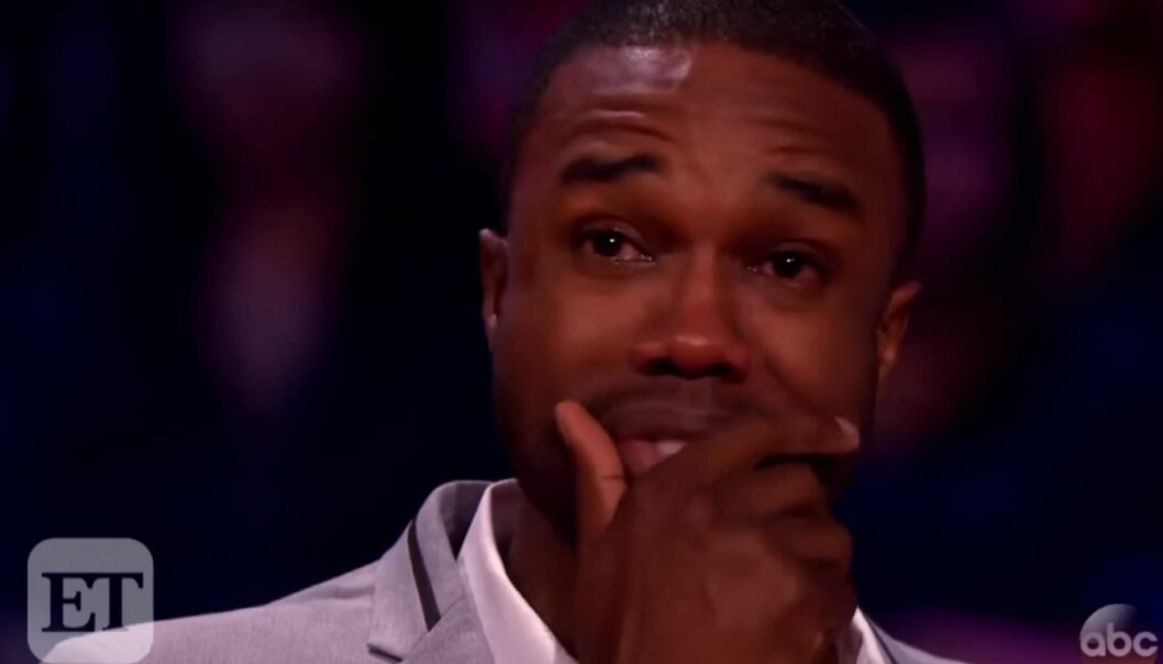 SNAKKET UT OM SKANDALEN: DeMario Jackson tok til tårene da han snakket om anklagene mot ham som har oppstått etter at han angivelig skal ha forgrepet seg på deltakeren Corinne Olympios under innspillingen av reality-serien «Bachelor in Paradise». Foto: Skjermdump fra Youtube