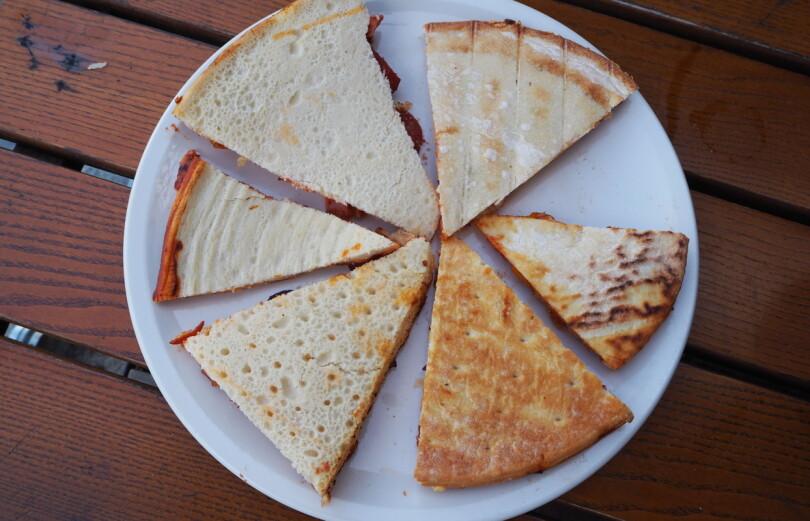 FOR HURTIG HEVET: Også de fleste pizzabunnene bærer preg av sparebluss i produksjonen, med unntak av de to vinnerne, her representert ved Folkets (cirka klokken tre-fire). De andre bunnene du ser (følg klokken) er Big One, Ikea, Grandiosa (vanlig), Grandiosa Take Away og Grandiosa nybakt.