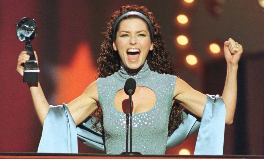 SUKSESS: Shania Twain har vunnet flere priser gjennom åra. Her jubler hun etter å ha stukket av med prisen for årets kvinnelige artist under Billboard Awards i 1998. Foto: NTB scanpix
