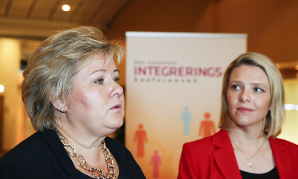 DÅRLIG: Statsminister Erna Solberg (H) får kritikk for debatten omkring Sylvi Listhaug (Frp, t.h). Her er de to fotografert sammen på en konferanse i 2016, da Sylvi Listhaug fortsatt var innvandrings- og integreringsminister. Foto: Terje Pedersen / NTB scanpix