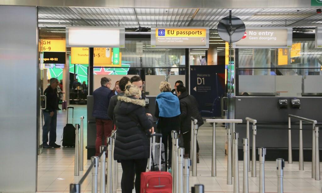 UT PÅ TUR: Det nye ID-kortet skal kunne bringe deg raskt gjennom passkontrollene i Europa. Men foreløpig er det utsatt i ett år til. Foto: Odd Roar Lange/The Travel Inspector