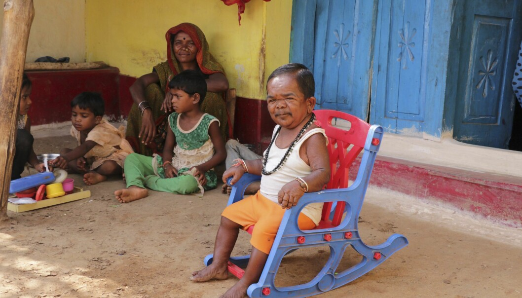 LIKER LIVET MED FAMILIEN: Basori gleder seg over tilværelsen sammen med broren og svigerinnen. Foto: Rare Images/Barcroft Media.
