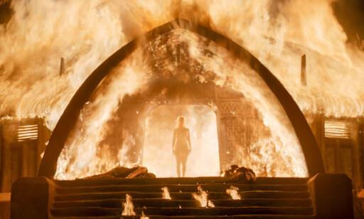 MAGISK: Daenerys kan gå gjennom flammende bål, uten en skramme, som her, i forrige sesong. Foto: HBO NORDIC