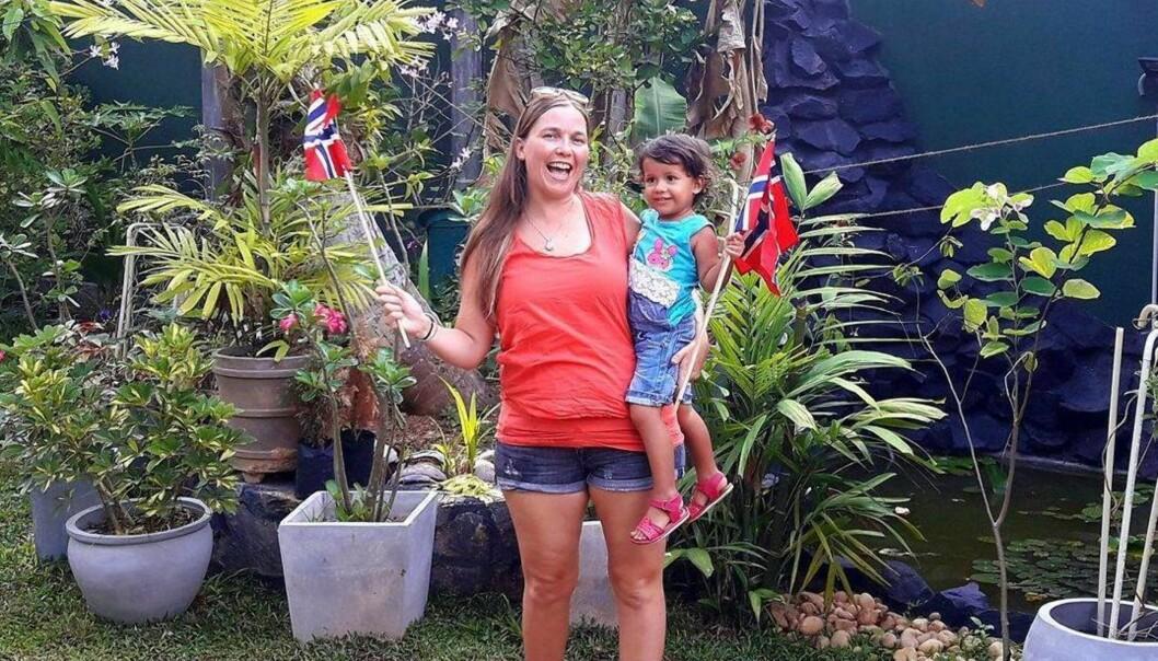 BO I UTLANDET: Merete (36) driver et eget reisebyrå i Sri Lanka, og skal snart åpne et eget hotell. Her sammen med datteren, Sanja (2,5 år). FOTO: Privat
