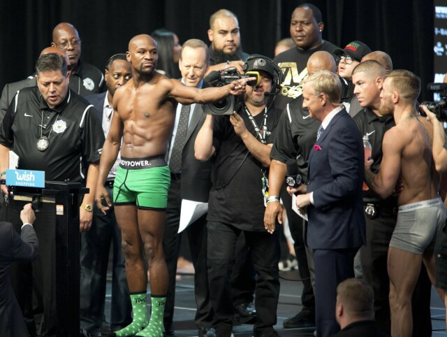 5714affa IRSK UNDERTØY: Floyd Mayweather stilte til innveiing med grønt undertøy:  Sponset av den irske