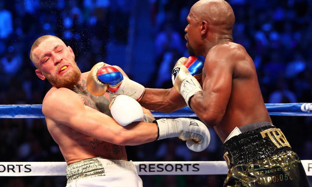 TRAFF: Floyd Mayweather ble som ventet for sterk for MMA-utøveren Conor McGregor i bokseringen i Las Vegas. Foto: NTB Scanpix