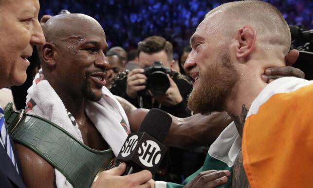 RESPEKT: Floyd Mayweather sa etter kampen at Conor McGregor var bedre enn han hadde ventet. Etter kampen viste de hverandre gjensidig respekt. Foto: NTB Scanpix