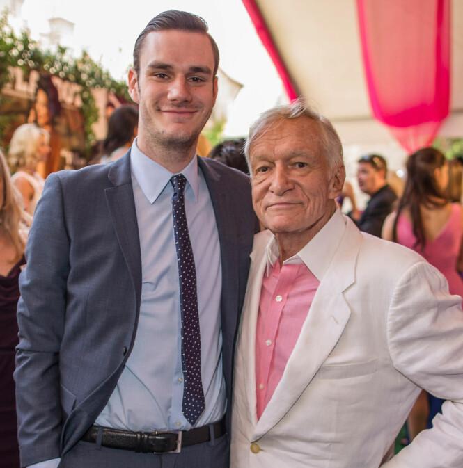 <strong>FAR OG SØNN:</strong> I intervjuet med Hollywood Reporter sier Cooper at han stadig får høre hvor ofte han ligner på faren Hugh Hefner. Her er de sammen på et Playboy-arrangement i 2013. Foto: NTB Scanpix