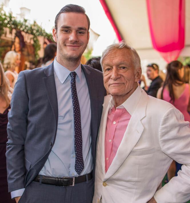 FAR OG SØNN: I intervjuet med Hollywood Reporter sier Cooper at han stadig får høre hvor ofte han ligner på faren Hugh Hefner. Her er de sammen på et Playboy-arrangement i 2013. Foto: NTB Scanpix
