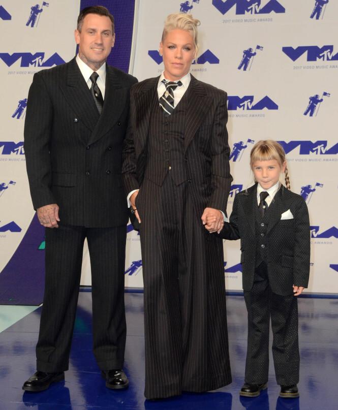 DRESS: Både Pink, ektemannen Carey og datteren Williow kom i dress på den røde løperen. Foto: Shutterstock