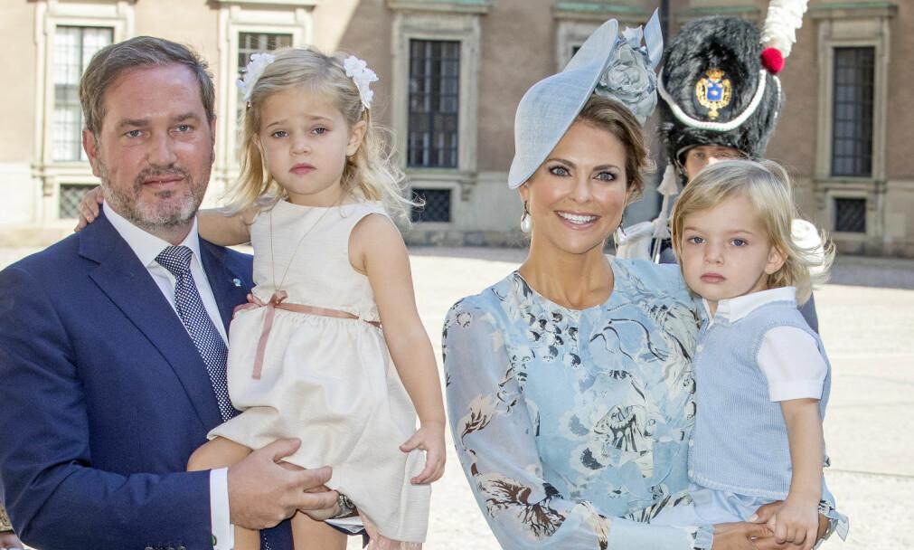 - FRA FIRE TIL FEM: Prinsesse Madeleine og ektemannen Christopher O'Neill venter sitt tredje barn. Her med barna Leonore (3) og Nicolas (2) på prinsesse Victorias 40-årsdag i juli. Foto: NTB Scanpix
