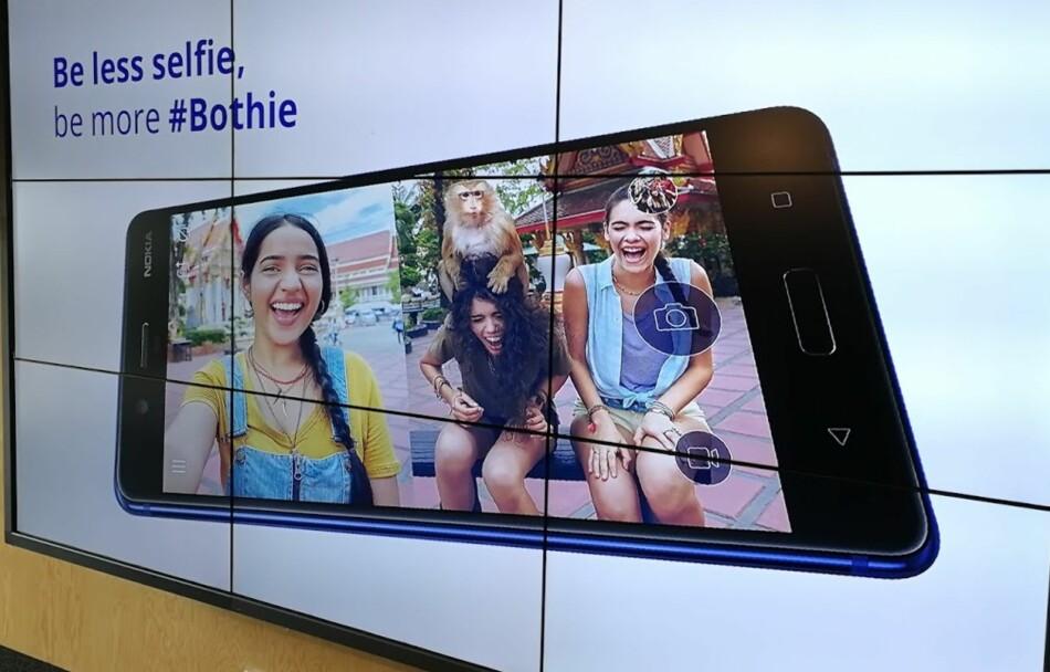 INNOVATIV: Under den nordiske lanseringen ble det lagt vekt på Nokia 8 sin evne til å livestreame fra både front- og hovedkameraet samtidig. Nokia benyttet samtidig anledningen til å introdusere uttrykket Bothie, og mener at selfie er SÅ 2016. Foto: Bjørn Eirik Loftås