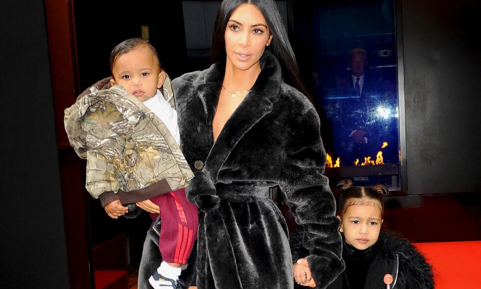 VIL HA FLERE: Ryktene har allerede begynt å svirre om at Kim Kardashian planlegger å få et fjerde barn, en drøy uke etter at barna Saint og North kunne ønske nyfødte Chicago velkommen hjem. Foto: Splash News/ NTB scanpix