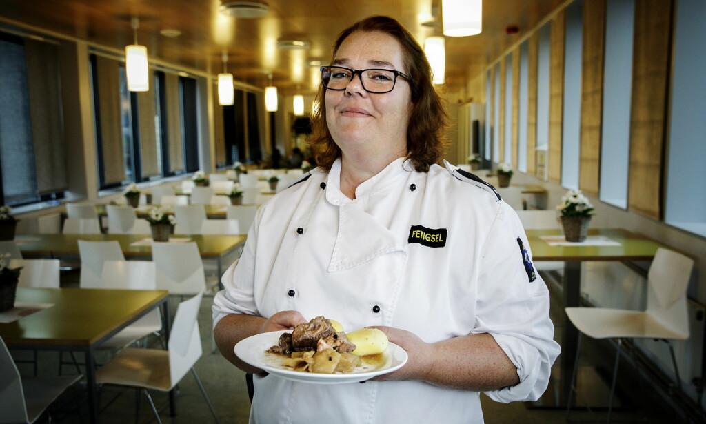 BLITT GODE: - Vi var ikke så gode da fengselet var nytt, men nå får vi det til, sier kjøkkensjef Eva Marie Måreid i Halden Fengsel. Fårikål og taco er blant de innsattes favorittretter.