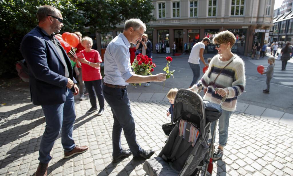 VÆR SÅ GOD: Får du tilbud om en rose fra Jonas Gahr Støre i valgkampen, kan du takke nei. Men vil han gi deg partiprogrammet i postkassa, har du ikke noe valg. Foto: Lise Åserud / NTB Scanpix