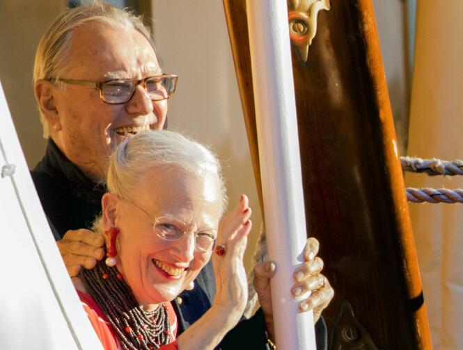 STRÅLTE: Prins Henrik og dronning Margrethe var i godt humør under bursdagsfeiringen til prins Henrik søndag ettermiddag. Her vinker paret til pressen etter at de hadde gått om bord på kongeskipet. Foto: NTB scanpix
