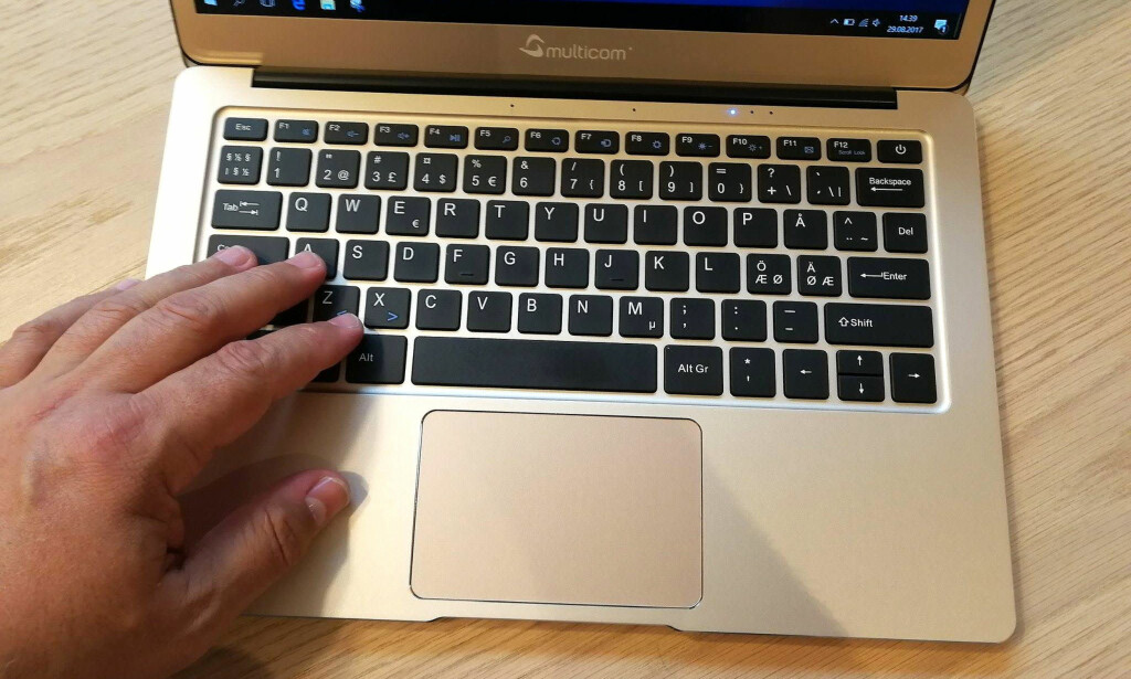 BRA TASTATUR: Heller ikke tastaturet vitner om at dette er en lavpris-PC. Foto: Bjørn Eirik Loftås