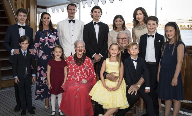 STORSLÅTT FEIRING: Prins Nikolais bursdag ble feiret med middag på kongeskipet i regi av dronning Margrethe. Bursdagsbarnet står øverst i midten på bildet. Foto: Kongehuset