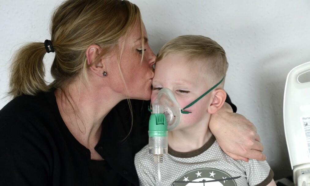 <strong>MÅ MEDISINERES:</strong> Flere ganger om dagen må Frederik få medisin. Mamma Pia hjelper til. Foto: Jørgen Ploug