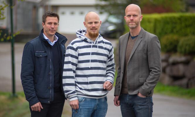 FÅR ØKONOMISK HJELP: Raymond Seppula får hjelp av økonomen Hallgeir Kvadsheim (t.h) og psykolog Robert Spear (t.v) i kevldens episode av «Luksusfellen». Foto:TV3.