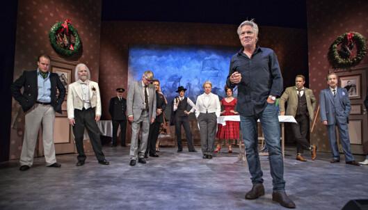 <strong>OSLO NYE TEATER:</strong> Regissør Kim Haugen foran «En tjener for to herrer»-ensemblet, som er Oslo Nyes store høstsatsing. Foto: Anders Grønneberg
