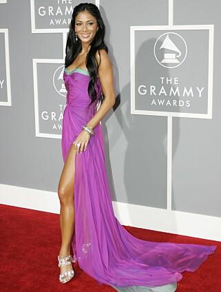 RØD LØPER: Nicole Sherzinger alene på Grammy-utdelingen i Los Angeles i 2007. Foto: NTB Scanpix
