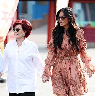 GODE VENNER: Nicole Scherzinger kan være seg selv rundt X-Factor-kollegaen Sharon Osbourne (64). Foto: NTB Scanpix