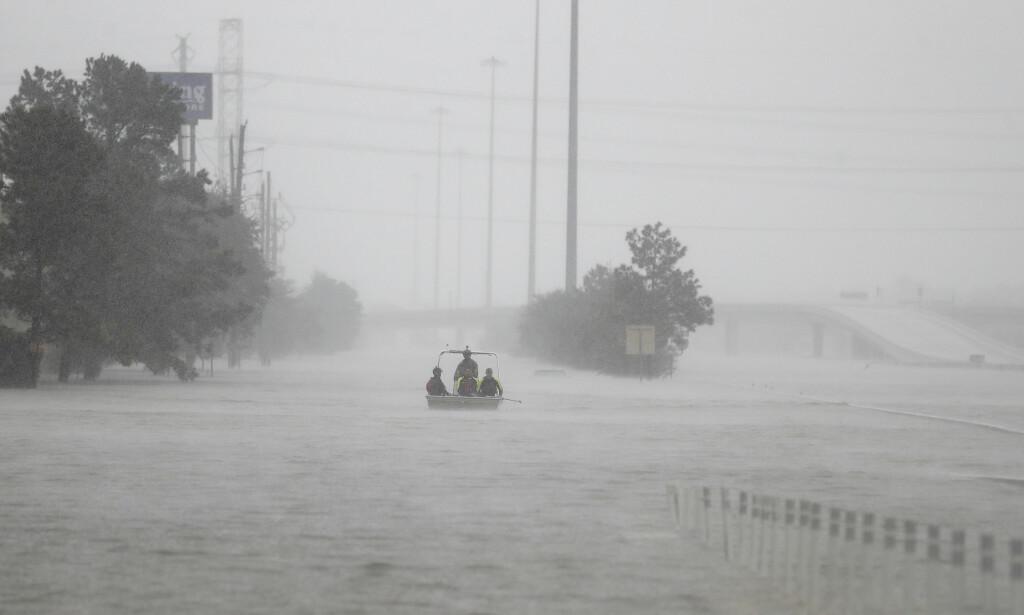 EKSTREMVÆR: 30 000 personer er har måttet flykte fra hjemmene sine som følge av ekstremværet «Harveys» herjinger i Texas. 33 personer har omkommet. Foto: AP / NTB Scanpix