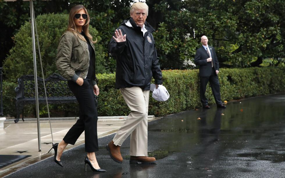 HÆLER TIL BESVÆR: Da Melania Trump og ektemannen Donald forlot Washington D.C til fordel for Texas, der de skulle besøke ofrene fra orkanen Harvey, var de kledd slik. Skoene til førstedamen vekket internasjonal oppsikt, og flere mente det ikke sømmet seg med stiletthæler i slangeskinn under et slikt besøk. Foto: NTB scanpix