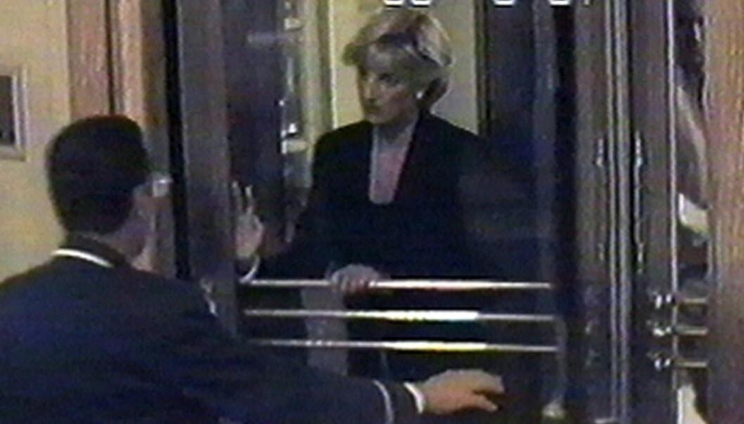 30. AUGUST 1997: I år er det 20 år siden prinsesse Diana ble brutalt revet bort etter en bilulykke i Paris, bare 36 år gammel. Her er hun avbildet to og en halv time før det fatale sammenstøtet, på vei inn til Hôtel Ritz for å spise middag. Foto: AP / NTB Scanpix