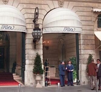 <strong>PASSER PÅ:</strong> Hotellansatte og sikkerhetspersonell avbildet utenfor Hôtel Ritz 30. august. Foto: NTB Scanpix