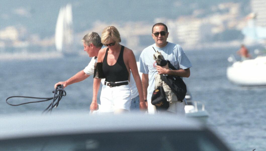 22. AUGUST: Prinsesse Diana og Dodi al-Fayed forlater luksusyachten Jonikal ved Saint-Tropez. Foto: Abaca / NTB Scanpix