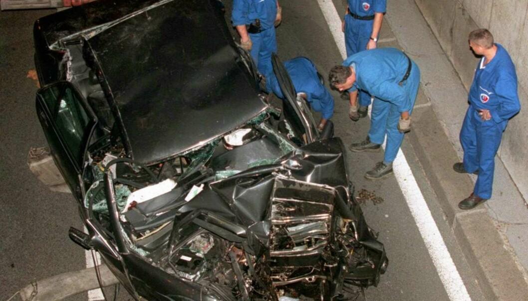 <strong>TRAGISK:</strong> Bilen ble totalvraket i det kraftige sammenstøtet med tunnelpilaren. Foto: NTB Scanpix
