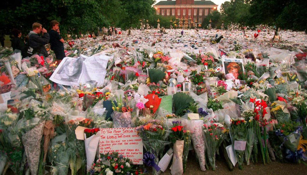 <strong>VERDEN I SORG:</strong> Kensington Palace, prinsesse Dianas siste hjem, var et av mange steder i verden som ble forvandlet til et blomsterhav etter Dianas død. Foto: NTB Scanpix