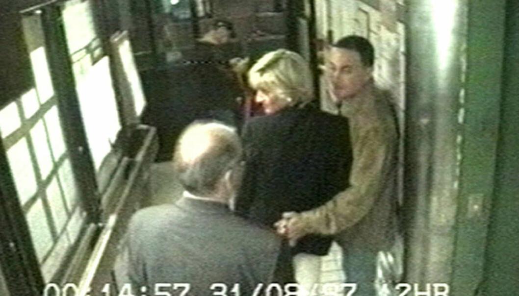 <strong>SNEK SEG UT BAKVEIEN:</strong> Prinsesse Diana og Dodi al-Fayed forlater Hôtel Ritz femten minutter over midnatt 31. august. Foto: PA/NTB Scanpix