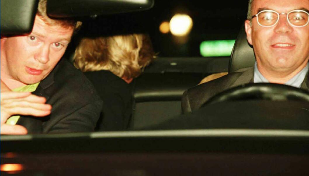 <strong>ET AV DE SISTE BILDENE:</strong> Trevor Rees-Jones, Henri Paul og prinsesse Diana avbildet på vei fra Hôtel Ritz. I baksetet forsøker sistnevnte å gjemme seg for kameralinsene. Kort tid etterpå er tragedien et faktum. Foto: NTB Scanpix