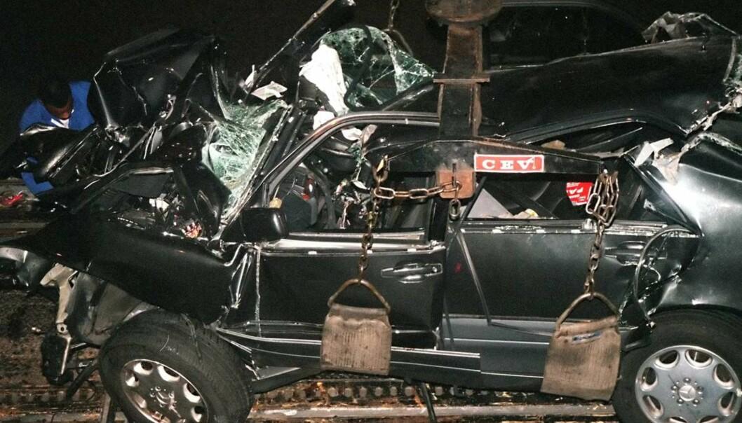<strong>SMADRET:</strong> Bilens tilstand etter ulykken gir et tydelig bilde av hvor galt det gikk da sjåføren mistet kontrollen. Foto: NTB Scanpix