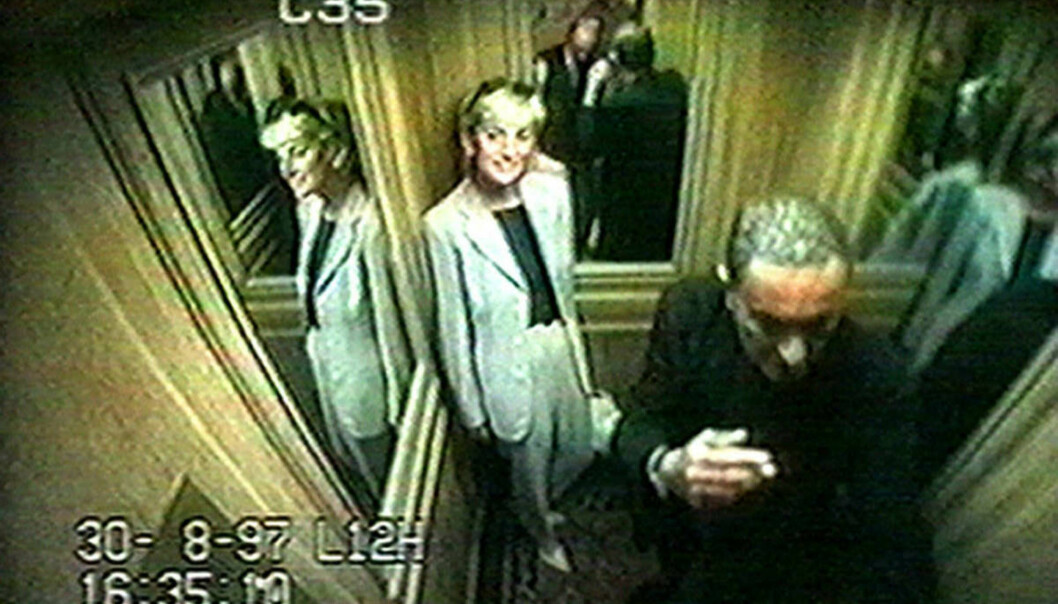 <strong>GODT HUMØR:</strong> Videoovervåkningsbilder viser prinsesse Diana og Dodi al-Fayed i heisen på Hôtel Ritz like etter klokka halv fem 30. august. Foto: PA/NTB Scanpix