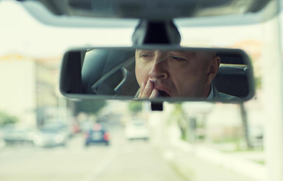 FARLIG OG DYRT: Å være trøtt i bilen og i verste fall sovne bak rattet er ikke bare livsfarlig, men også dyrt. Forsikringsselskapet ditt vil straffe deg ved å gi deg mindre erstatning enn normalt. Foto: Shutterstock / NTB Scanpix