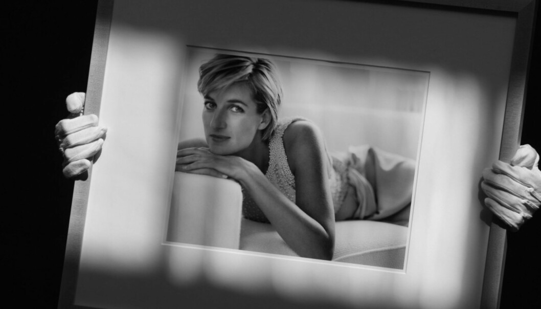FOR MARIO TESTINO: I 1997 poserte Diana for den anerkjente motefotografen Mario Testino. Bildene var egentlig planlagt publisert i en fotoserie for Vanity Fair. Dette bildet er tatt under en auksjon ved Christie's auction house i London i 2010. Da ble det estimert at fotografiet hadde en verdi på rundt 22 000 pund. Foto: Scanpix
