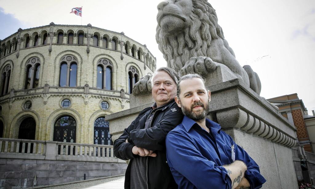 SMAKSPANEL: Kokkene Lars Barmen (til venstre) og Stig Drageide har hjulpet oss å smake på all maten in Stortingskantina. De ble ikke nevneverdig imponert.