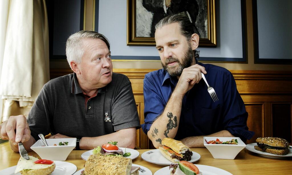 KLØR I FINGRENE: Det er ikke så mye som skal til for at det blir bra, mener Lars Barmen (t.v.) og Stig Drageide. Her sitter de i kaffebaren ved siden av Stortingsrestauranten. Selve restauranten har absolutt fotoforbud.